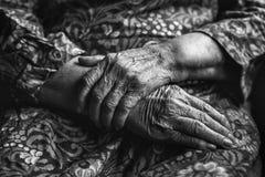 Mani dell'anziana Fotografie Stock Libere da Diritti