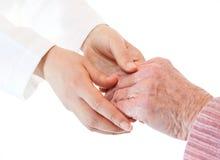 Mani dell'anziano e del medico Immagini Stock