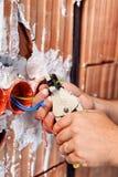 Mani dell'elettricista sul lavoro Fotografie Stock Libere da Diritti