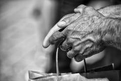 Mani dell'uomo anziano in BW Fotografia Stock
