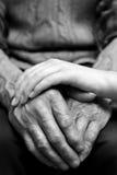 Mani dell'uomo anziano e di una giovane donna Immagini Stock Libere da Diritti