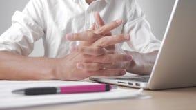Mani dell'uomo che è ansioso, nervoso e scomodo nel luogo di lavoro Esaurimento nervoso sul lavoro archivi video
