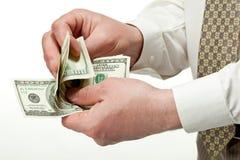 Mani dell'uomo che contano le banconote del dollaro fotografia stock
