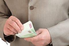 Mani dell'uomo che contano le euro banconote Immagini Stock Libere da Diritti