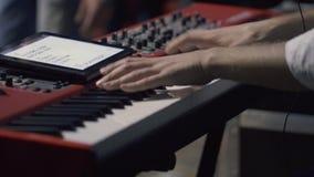 Mani dell'uomo che giocano piano stock footage