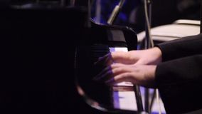 Mani dell'uomo che giocano piano, fine su Mani che giocano vecchio piano Chiuda in su di un musicista che gioca una tastiera di p stock footage