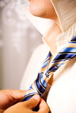 Mani dell'uomo che registrano cravatta Fotografie Stock