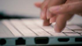 Mani dell'uomo che scrivono su una tastiera di computer stock footage