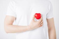 Mani dell'uomo con cuore Fotografia Stock Libera da Diritti