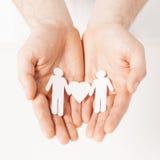 Mani dell'uomo con gli uomini di carta Immagine Stock Libera da Diritti