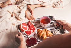 Mani dell'uomo con il vassoio di servizio con la prima colazione Immagine Stock Libera da Diritti