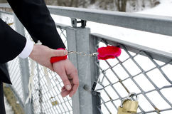 Mani dell'uomo con le manette. Fotografie Stock Libere da Diritti