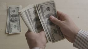 Mani dell'uomo d'affari che contano le banconote in dollari