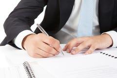 Mani dell'uomo d'affari che indicano al documento di affari Fotografia Stock Libera da Diritti