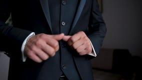 Mani dell'uomo d'affari con i gemelli Clother elegante del signore stock footage