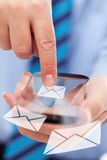 Mani dell'uomo d'affari con lo smartphone futuristico immagini stock libere da diritti