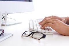 Mani dell'uomo d'affari con una tastiera di computer. Fotografie Stock