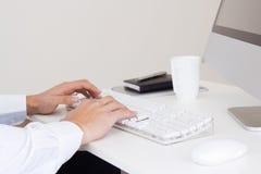 Mani dell'uomo d'affari con una tastiera di computer. Fotografia Stock