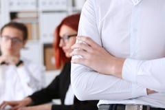 Mani dell'uomo d'affari nel luogo di lavoro attraversato Fotografia Stock Libera da Diritti