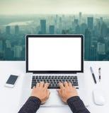 Mani dell'uomo d'affari sul computer portatile dello schermo in bianco Immagini Stock Libere da Diritti