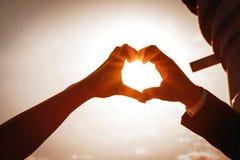 Mani dell'uomo e della donna nella forma di cuore, nozze, biglietto di S. Valentino, foto di amore fotografia stock libera da diritti