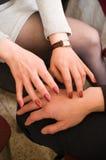 Mani dell'uomo e della femmina. Fotografie Stock