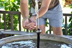 Mani dell'uomo sotto acqua Fotografia Stock Libera da Diritti
