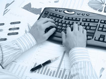 Mani dell'uomo sulla tastiera Fotografia Stock Libera da Diritti