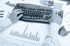 Mani dell'uomo sulla tastiera Immagini Stock