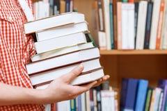 Mani dell'uomo in una biblioteca Immagini Stock
