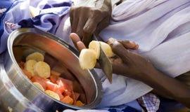 Mani della banana indiana di taglio della donna Immagini Stock Libere da Diritti