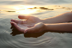 Mani della donna in acqua fotografie stock libere da diritti