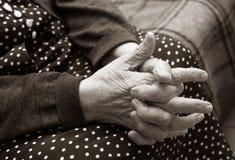 Mani della donna anziana Immagini Stock