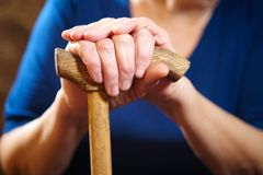 Mani della donna anziana con la canna Fotografia Stock Libera da Diritti