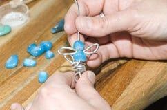 Mani della donna che creano un jewelery di modo Immagini Stock Libere da Diritti