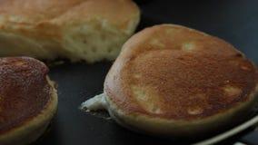 Mani della donna che cucinano l'insieme del dessert dei pancake del soufflè video d archivio