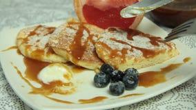 Mani della donna che cucinano l'insieme del dessert dei pancake del soufflè stock footage