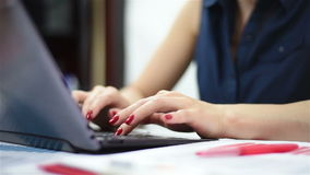Mani della donna che digitano su un computer portatile archivi video
