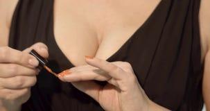 Mani della donna che fanno manicure a se stessa archivi video