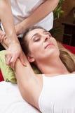 Mani della donna che fanno massaggio Fotografia Stock