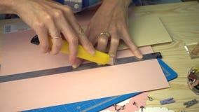 Mani della donna che fanno una cartolina scrapbooking di festa stock footage