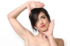 Mani della donna che incorniciano fronte Fotografie Stock Libere da Diritti