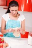 Mani della donna che mescolano pasta sulla tabella Fotografie Stock Libere da Diritti