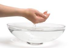 Mani della donna che scavano acqua dolce Fotografie Stock Libere da Diritti