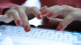 Mani della donna che scrivono sulla compressa video d archivio