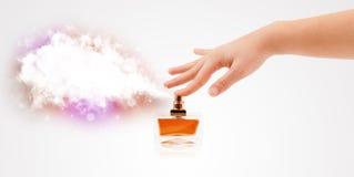 Mani della donna che spruzzano nuvola variopinta Fotografie Stock