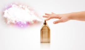 Mani della donna che spruzzano nuvola variopinta Immagine Stock