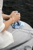 Mani della donna che tengono sciarpa Immagini Stock