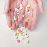 Mani della donna con differenti meds Fotografie Stock Libere da Diritti