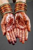 Mani della donna con hennè Fotografia Stock Libera da Diritti